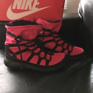Nike Shoes - New Nike roshe Boots pink and black